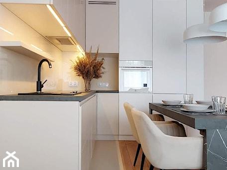 Aranżacje wnętrz - Kuchnia: beżowa kuchnia - igloo studio. Przeglądaj, dodawaj i zapisuj najlepsze zdjęcia, pomysły i inspiracje designerskie. W bazie mamy już prawie milion fotografii!