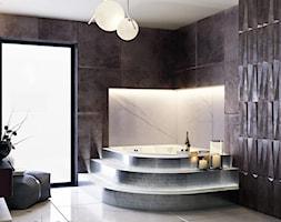 Łazienka w odcieniach grafitu i srebrnej mozaiki - zdjęcie od igloo studio - Homebook
