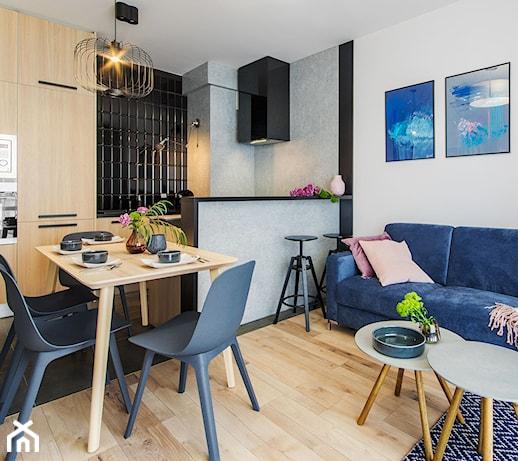 Granatowa kanapa w salonie – jaka sprawdzi się w Twoim wnętrzu? 5 pomysłów