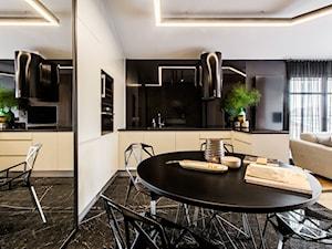 Apartament Gdańsk Jelitkowo - Średnia otwarta czarna kuchnia w kształcie litery u w aneksie z oknem, styl eklektyczny - zdjęcie od Kowalczyk Gajda Studio Projektowe