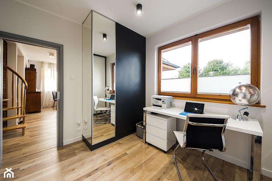 Dom na wsi - Średnie białe biuro domowe w pokoju, styl vintage - zdjęcie od Kowalczyk Gajda Studio Projektowe