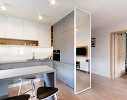Mieszkanie Gdynia Chwarzno - Średnia otwarta biała kuchnia w kształcie litery l, styl nowoczesny - zdjęcie od Kowalczyk-Gajda Studio Projektowe