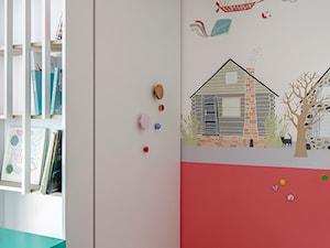Mieszkanie Gdańsk Niepołomicka - Mały biały czerwony pokój dziecka dla dziewczynki dla ucznia dla malucha, styl klasyczny - zdjęcie od Kowalczyk Gajda Studio Projektowe
