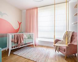 Mieszkanie Gdańsk Niepołomicka - Średni biały kolorowy pokój dziecka dla dziewczynki dla niemowlaka, styl klasyczny - zdjęcie od Kowalczyk-Gajda Studio Projektowe