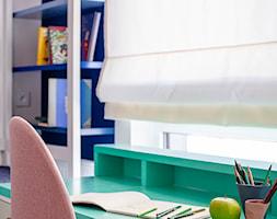 Mieszkanie Gdańsk Niepołomicka - Mały biały szary niebieski pokój dziecka dla chłopca dla dziewczynki dla ucznia dla nastolatka, styl klasyczny - zdjęcie od Kowalczyk-Gajda Studio Projektowe