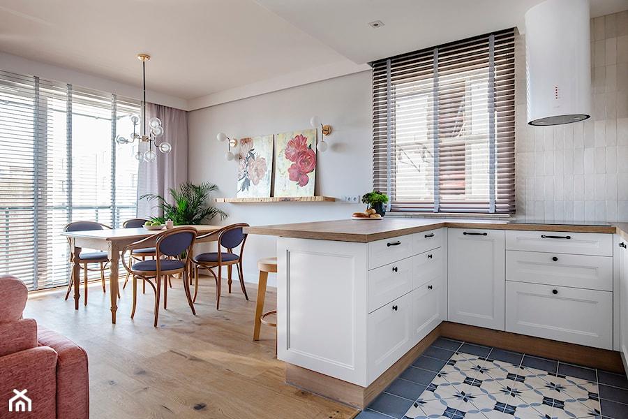 Mieszkanie Gdańsk Niepołomicka - Mała otwarta szara kuchnia w kształcie litery u w aneksie z oknem, styl klasyczny - zdjęcie od Kowalczyk Gajda Studio Projektowe