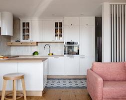 Mieszkanie Gdańsk Niepołomicka - Średnia otwarta szara kuchnia w kształcie litery u w aneksie z oknem, styl klasyczny - zdjęcie od Kowalczyk-Gajda Studio Projektowe