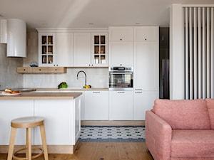 Mieszkanie Gdańsk Niepołomicka - Średnia otwarta szara kuchnia w kształcie litery u w aneksie z oknem, styl klasyczny - zdjęcie od Kowalczyk Gajda Studio Projektowe