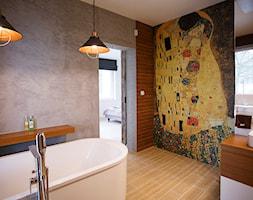Artystyczny dom pod Lublinem - Duża brązowa szara łazienka w domu jednorodzinnym jako domowe spa z oknem, styl nowoczesny - zdjęcie od Piękne Wnętrza Agata Smolińska