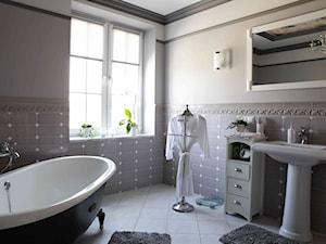 Dom klasyczny pod Lublinem II - Średnia biała szara łazienka w bloku w domu jednorodzinnym z oknem, styl klasyczny - zdjęcie od Piękne Wnętrza Agata Smolińska
