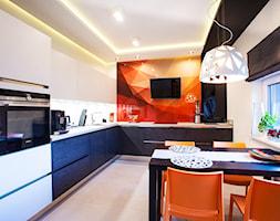 Nowoczesny segment w Lublinie II - Średnia otwarta biała pomarańczowa kuchnia w kształcie litery l z oknem, styl nowoczesny - zdjęcie od Piękne Wnętrza Agata Smolińska