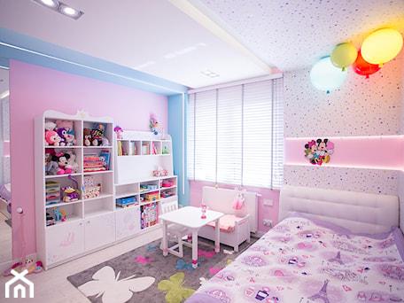 Nowoczesny dom pod Lublinem II - Średni różowy niebieski pokój dziecka dla dziewczynki dla ucznia dla malucha, styl nowoczesny - zdjęcie od Piękne Wnętrza Agata Smolińska