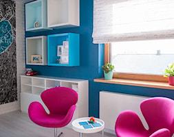 Nowoczesny dom pod Lublinem III - Mały biały niebieski pokój dziecka dla chłopca dla dziewczynki dla nastolatka, styl nowoczesny - zdjęcie od Piękne Wnętrza Agata Smolińska
