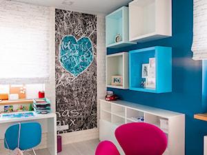 Nowoczesny dom pod Lublinem III - Mały biały niebieski pokój dziecka dla chłopca dla dziewczynki dla ucznia dla malucha dla nastolatka, styl nowoczesny - zdjęcie od Piękne Wnętrza Agata Smolińska