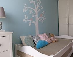 Mieszkanie w stylu skandynawskim dla rodziny 2+2 - Mały biały niebieski pokój dziecka dla dziewczynki dla malucha, styl skandynawski - zdjęcie od Pracownia Dobrych Wnętrz