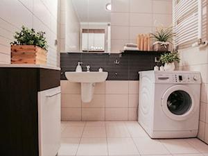 Kołobrzeg - Mała czarna szara łazienka w bloku w domu jednorodzinnym bez okna - zdjęcie od Metr Kwadrat Studio