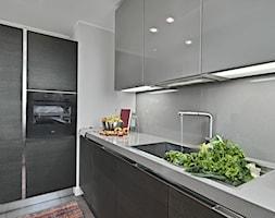 Okapy - Średnia biała szara kuchnia w kształcie litery l z oknem, styl nowoczesny - zdjęcie od Kernau