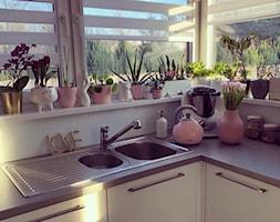 Bubble - Średnia zamknięta biała kuchnia w kształcie litery l z oknem, styl eklektyczny - zdjęcie od Russell Hobbs