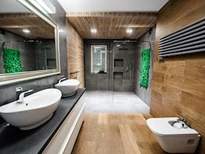 Łazienka w ponadczasowej szarości ocieplonej drewnem - Duża łazienka w bloku w domu jednorodzinnym z oknem, styl nowoczesny - zdjęcie od Szoka Design Szoka Iwona