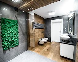 Łazienka w ponadczasowej szarości ocieplonej drewnem - Duża łazienka w bloku w domu jednorodzinnym bez okna, styl nowoczesny - zdjęcie od Szoka Design Szoka Iwona