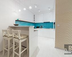 KAWALERKA - WARSZAWA - GRÓJECKA - Średnia otwarta biała niebieska kuchnia w kształcie litery g, styl nowoczesny - zdjęcie od ARCHITEKTURA WNĘTRZ ALEKSANDRA MICHALAK