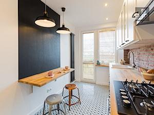 MIESZKANIE - KRAKÓW - GROTTGERA - Średnia zamknięta szara czarna kuchnia jednorzędowa z oknem, styl rustykalny - zdjęcie od ARCHITEKTURA WNĘTRZ ALEKSANDRA MICHALAK