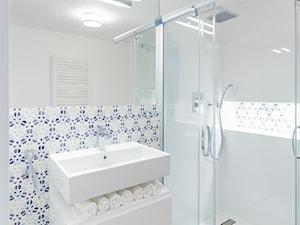 DOM - KRAKÓW - GOETLA - Mała biała niebieska szara łazienka w bloku w domu jednorodzinnym bez okna - zdjęcie od ARCHITEKTURA WNĘTRZ ALEKSANDRA MICHALAK