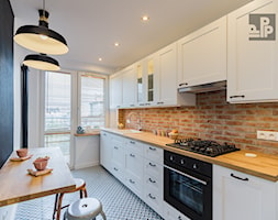 MIESZKANIE - KRAKÓW - GROTTGERA - Średnia zamknięta wąska biała czarna kuchnia jednorzędowa z oknem, styl rustykalny - zdjęcie od ARCHITEKTURA WNĘTRZ ALEKSANDRA MICHALAK