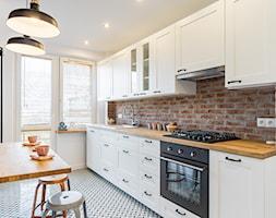 MIESZKANIE - KRAKÓW - GROTTGERA - Średnia zamknięta wąska biała kuchnia jednorzędowa z oknem, styl rustykalny - zdjęcie od ARCHITEKTURA WNĘTRZ ALEKSANDRA MICHALAK