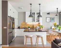 Modern BOHO. - Średnia otwarta szara kuchnia w kształcie litery l w aneksie z wyspą z oknem, styl skandynawski - zdjęcie od SHOKO.design