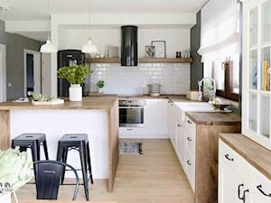 The Artichoke. - Duża otwarta biała kuchnia w kształcie litery l z wyspą z oknem, styl skandynawski - zdjęcie od SHOKO.design