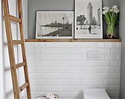 Creme de la creme - Mała biała szara łazienka w bloku bez okna, styl skandynawski - zdjęcie od SHOKO.design
