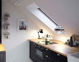 biuro SHOKO.design - Mała średnia otwarta zamknięta biała kuchnia jednorzędowa w aneksie z oknem, s ... - zdjęcie od SHOKO.design - Homebook