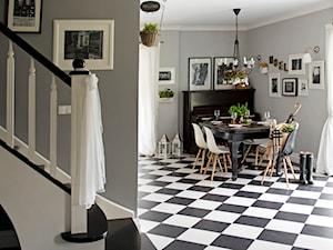 Dom w lesie - Średnia otwarta szara jadalnia w salonie, styl skandynawski - zdjęcie od SHOKO.design