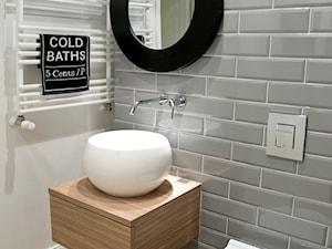 HOLE to another Universe - Mała biała szara łazienka, styl eklektyczny - zdjęcie od SHOKO.design