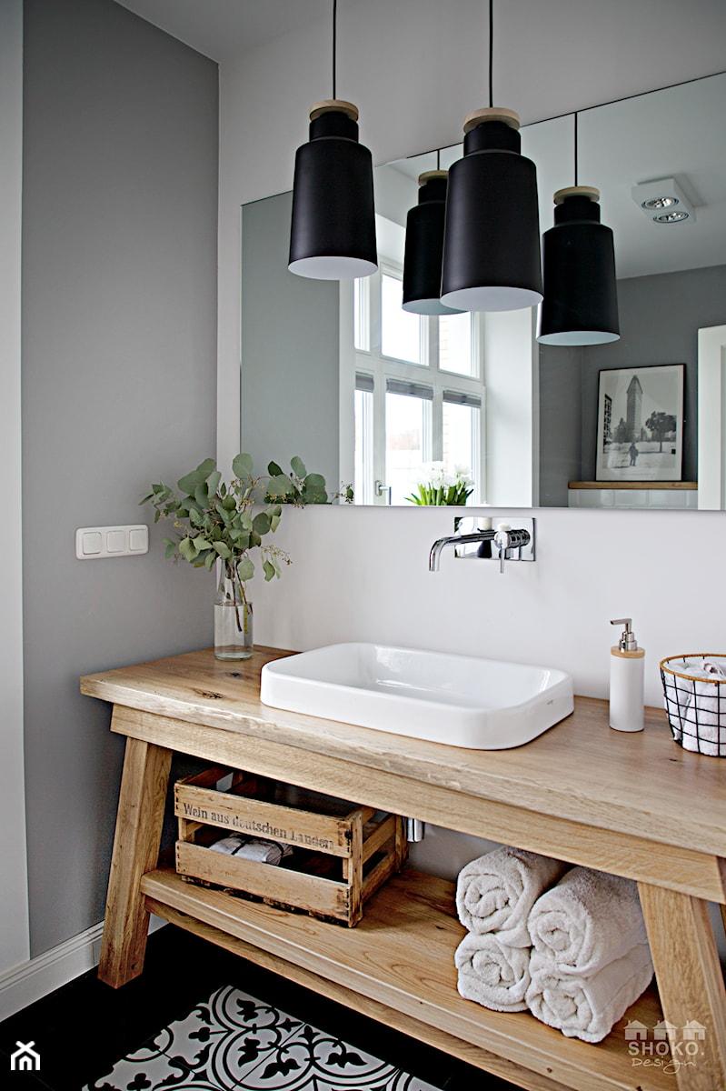 Creme de la creme - Mała szara łazienka na poddaszu w bloku w domu jednorodzinnym z oknem, styl skandynawski - zdjęcie od SHOKO.design