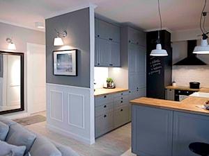 Riviera of blue - Średnia otwarta biała kuchnia w kształcie litery g w aneksie, styl skandynawski - zdjęcie od SHOKO.design