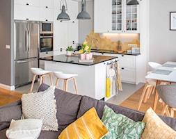 Modern BOHO. - Średnia otwarta szara kuchnia w kształcie litery l w aneksie z wyspą, styl skandynawski - zdjęcie od SHOKO.design - Homebook