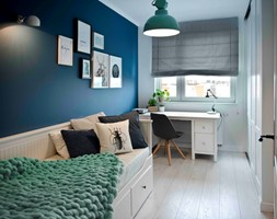 Riviera of blue - Mały biały niebieski pokój dziecka dla chłopca dla dziewczynki dla ucznia dla nastolatka, styl skandynawski - zdjęcie od SHOKO.design