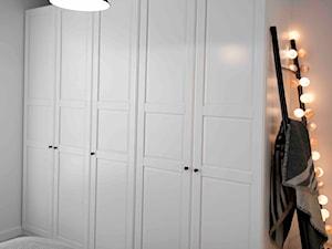 Riviera of blue - Średnia biała sypialnia małżeńska, styl skandynawski - zdjęcie od SHOKO.design