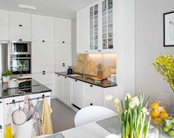 Modern BOHO. - Średnia otwarta szara kuchnia w kształcie litery g z wyspą, styl skandynawski - zdjęcie od SHOKO.design - Homebook