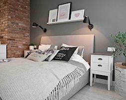 Riviera of blue - Średnia szara brązowa sypialnia małżeńska, styl skandynawski - zdjęcie od SHOKO.design
