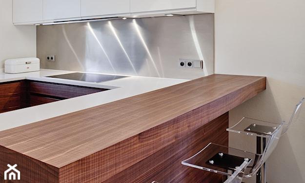 blacha między szafkami w kuchni