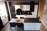 stół w małej kuchni otwartej na salon