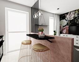 Kawalerka 21m2 - Mały biały czarny salon z kuchnią z jadalnią z tarasem / balkonem - zdjęcie od DOMOVO STUDIO - Homebook
