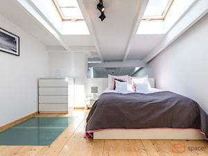 Apartament Panorama Loft 12 - Średnia biała sypialnia małżeńska na poddaszu - zdjęcie od SpacerWEB Fotografia wnętrz i Wirtualne spacery 3D