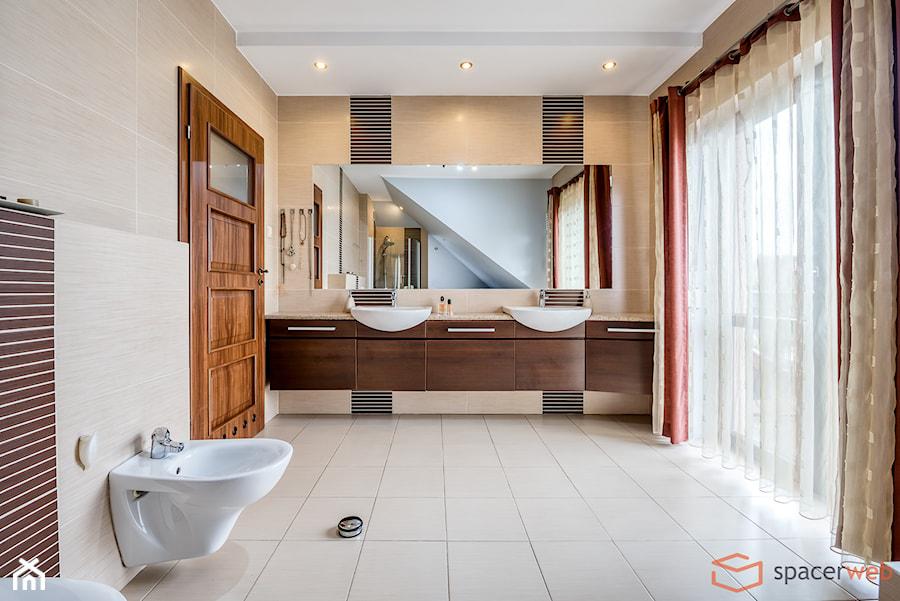 Dom jednorodzinny - Duża szara łazienka na poddaszu w domu jednorodzinnym z oknem - zdjęcie od SpacerWEB Fotografia wnętrz i Wirtualne spacery 3D