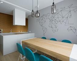 Średnia otwarta szara jadalnia w kuchni, styl minimalistyczny - zdjęcie od TILLA architects