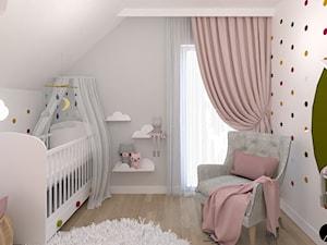 Pokój dziecka - Średni biały szary pokój dziecka dla dziewczynki dla niemowlaka, styl tradycyjny - zdjęcie od ID_Studio