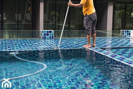 Jak wyczyścić dno basenu? 5  sposobów na czyszczenie dna basenu